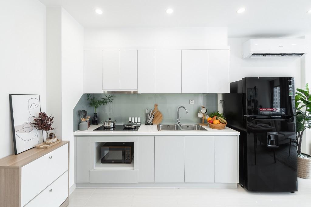 Mẫu căn hộ rộng nhất có 3 phòng ngủ, phù hợp với các gia đình từ 4-6 thành viên hoặc nhóm khách thuê theo đoàn. Khu vực bếp thiết kế rộng rãi với hệ thống tủ bếp sắp xếp hợp lý, giúp chủ nhân nhanh chóng chuẩn bị bữa ăn cho cả gia đình.