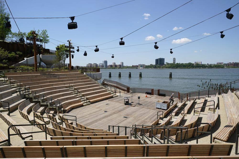 [Caption]Nhà hát ở Đảo Bé được nhìn thấy, Thứ Ba, ngày 18 tháng 5 năm 2021, ở New York, khi các công nhân chuẩn bị cho công viên sông Hudson mới được dự kiến mở cửa vào thứ Sáu. Các nhà hát sẽ có các buổi biểu diễn từ tháng 6 đến tháng 9.