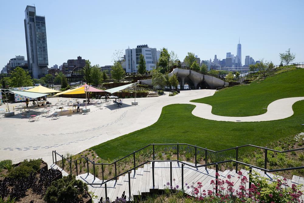 [Caption]Little Island, một công viên công cộng mới với những lối đi quanh co, cầu thang, tầm nhìn ra thành phố New York và sông Hudson, được nhìn thấy, vào thứ Ba, ngày 18 tháng 5 năm 2021, ở New York, vài ngày trước khi dự kiến mở cửa cho công chúng vào thứ Sáu. Công viên bao gồm hai nhà hát, một nhà hát thân mật và một lớn hơn, một sân chơi, khu vực ăn uống bình dân nhỏ ngoài trời, bên trái và các tiện nghi ngoài trời khác dành cho người dân New York. Nó nằm gần West Village và gần Chelsea.