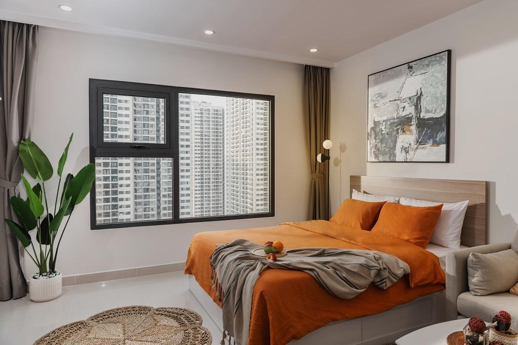 Sở hữu tông màu nâu kem, tường sơn trắng, điểm nhấm mảng màu cam đậm tạo sự ấm cúng cho khách thuê căn studio. Nơi nghỉ ngơi nằm kế bên cửa sổ lớn, giúp chủ nhân căn hộ có thể đón bình minh ngay khi thức giấc.