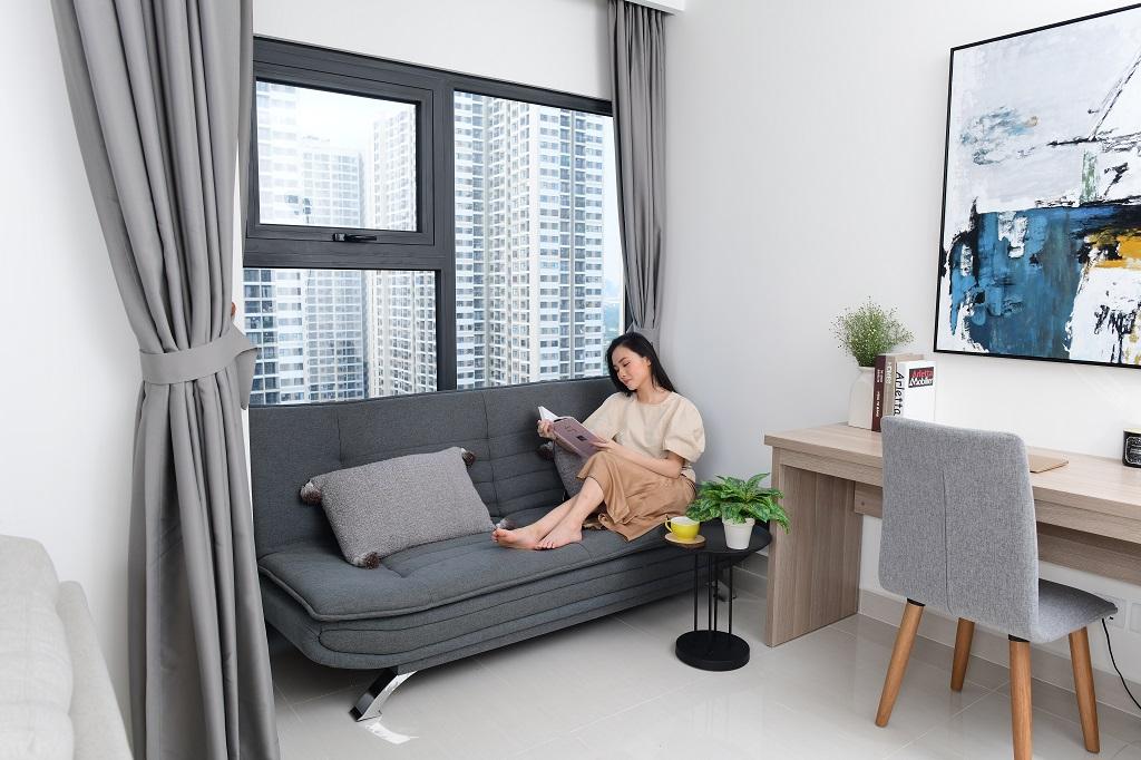 Cửa kính lớn giúp tối ưu ánh sáng tự nhiên và bầu không khí khoáng đạt cho căn hộ. Thư giãn trên ghế sofa phòng khách, bạn có thể đón nhận thiên nhiên xanh mát tại đô thị có mật độ xây dựng thấp - chỉ 14,7%.