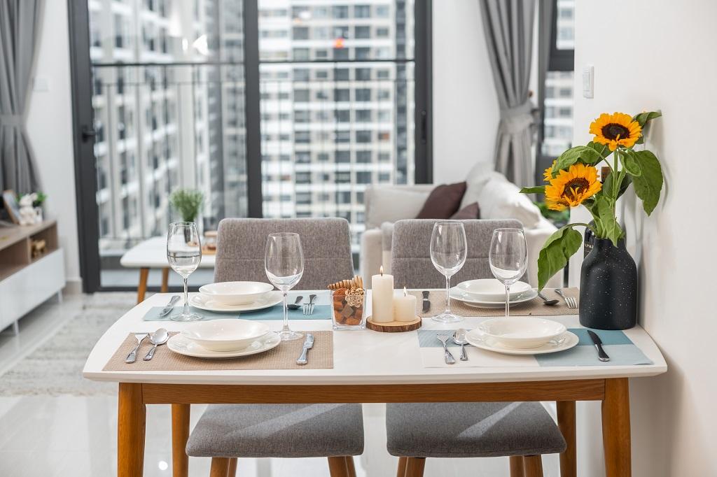 Căn hộ phù hợp với gia đình từ 3-4 thành viên. Khu vực bàn ăn bố trí nhỏ gọn, vừa đủ dùng, không chiếm quá nhiều diện tích căn hộ, nhường khoảng trống cho không gian sinh hoạt chung để trẻ nhỏ có thể nô đùa.