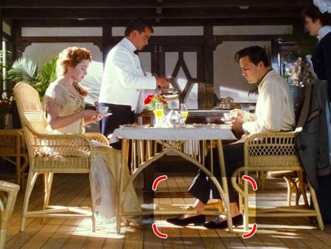 Tương tự, nhân vật nam phản diện Cal Hockley (Billy Zane đóng) cũng bị soi tủ đồ trong phim Titanic. Anh bị chỉ trích vì mang giày lười nhưng thiếu tất, trong khi đó là phụ kiện bắt buộc của đàn ông quý tộc đương thời.