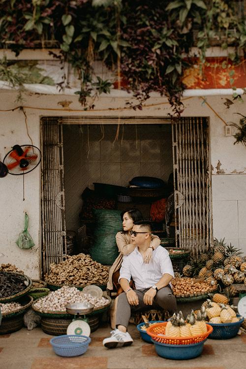 Với phong cách ảnh street style, quầy hàng bán trái cây, rau củ bình thường cũng có thể trở thành background cho uyên ương.