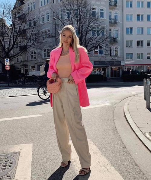 Cam, hồng và xám trắng cũng được nữ fashionista hòa trộn cùng nhau để mang tới out-fit hút mắt người đối diện.