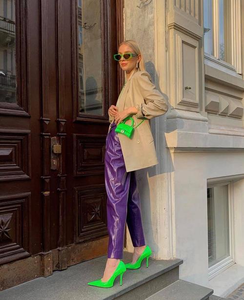 Ở mùa thời trang 2021, ngoài sắc hồng đậm chất nữ tính, gam xanh neon nổi bật luôn được Leonie Hanne chọn để mix đồ street style.