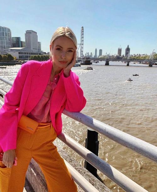 Leonie Hanne sử dụng trang cá nhân Ohh Couture và các trang cá nhân để thể hiện khả năng mix-match ấn tượng và giúp các món đồ hiệu mới ra lò có sức hút mãnh liệt trước phái đẹp yêu thời trang.