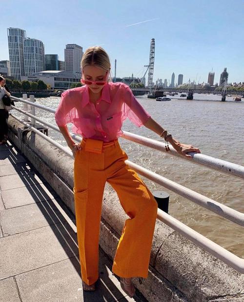 Hai năm gần đây, Leonie ăn diện nổi bật hơn, cô thường sử dụng những gam màu nóng - kích thích thị giác cao để mix đồ dạo phố. Qua cách chọn trang phục của fashionista nổi tiếng, phái đẹp khai phá thêm nhiều công thức mới mẻ.