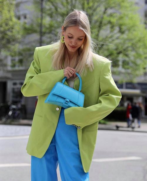 Khi thể hiện nét cá tính với mốt áo blazer dáng rộng, Leonie Hanne không quên lăng xê mẫu túi hot trend đến từ nhà mốt Balenciaga.