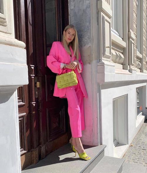 Khi diện nguyên bộ suit hồng sen rực rỡ, Leonie Hanne không ngại chọn thêm bộ phụ kiện màu vàng mù tạt.