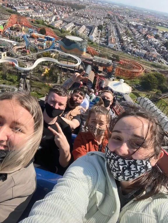 Du khách selfie khi tàu dừng trên không.