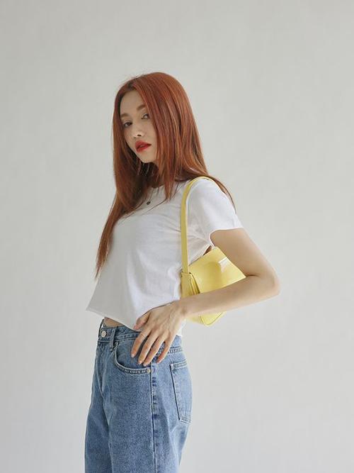 Quần jeans xanh cùng áo thun trắng là cặp đôi hoàn hảo giúp bạn gái thể hiện sự trẻ trung và năng động khi xuống phố.