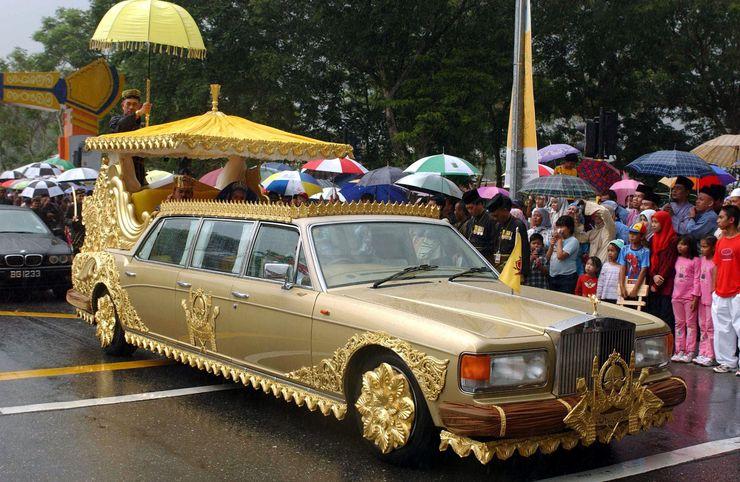 Một chiếc Rolls-Royce chạm khắc vàng của quốc vương Brunei.