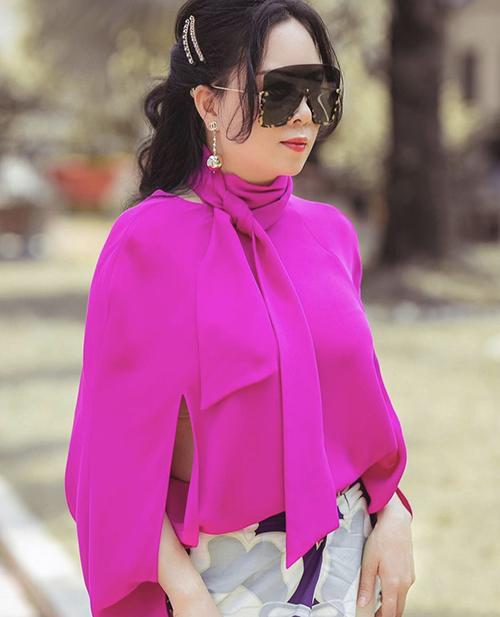Là một người tôn thờ sắc trắng - đen, tuy nhiên doanh Phượng Chanel cũng chọn thêm những tông màu tươi sáng để tạo điểm nhấn cho phong cách cá nhân.