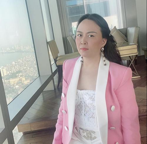 Trang phục hồng ngọt ngào phối với quần áo trắng là công thức dễ áp dụng và thường tránh những lỗi cơ bản về phối màu.