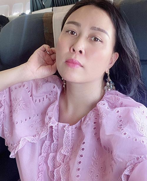 Khi mặc các mẫu áo hồng nhạt, Phượng Chanel thường được bạn bè khen đẹp và phù hợp với làn da trắng. Chính vì thế, nữ doanh nhân chẳng ngại gì mà không phát huy ưu điểm của bản thân.