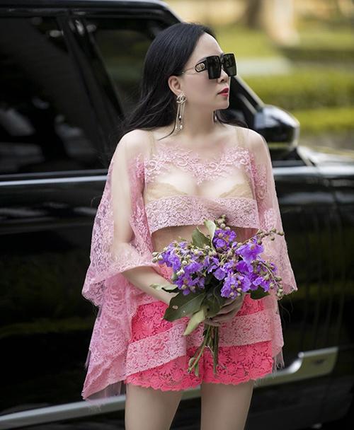 Song song với các mẫu váy áo dễ ứng dụng hàng ngày, Phượng Chanel cũng từng gây tranh cãi khi thể hiện khả năng mix-match với áo ren hồng xuống phố.
