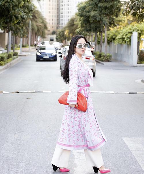 Phượng Chanel thường nhận được những nhận xét trái chiều về phong cách thời trang. Nhưng nữ doanh nhân vẫn không ngại thể hiện nét cá tính riêng trong việc mix trang phục và phối hàng hiệu.