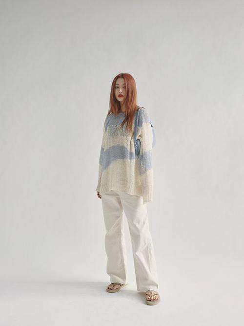 Cùng với quần jeans vintage là quàn kaki ống suông, gợi nhớ hình ảnh hội chị em sành điệu ở những năm 1980.