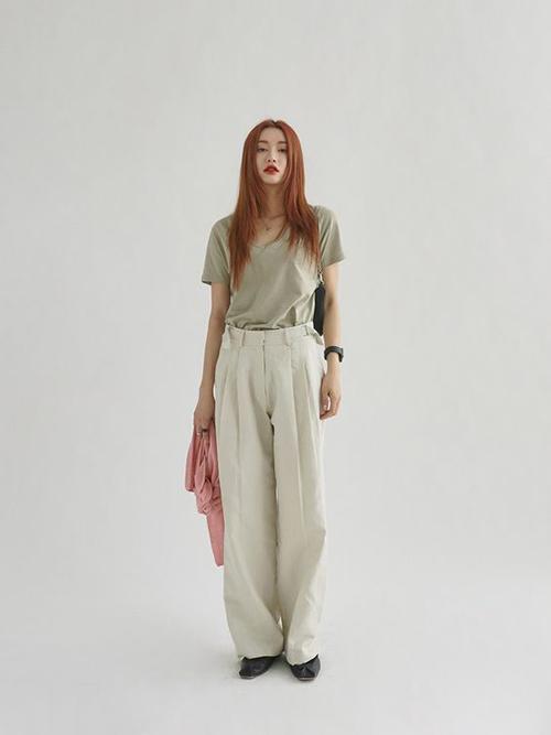 Quần vải thô cũng là một trong những món đồ thích hợp với mùa nóng. Chính chất liệu đặc trưng giúp nó tạo nên sự thoải mái, dễ chịu cho người mặc.