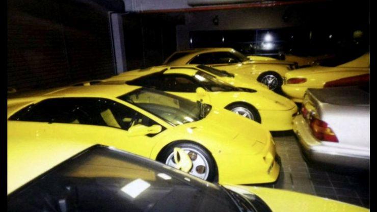 Những chiếc xe cùng mang màu vàng chanh ở một góc garage.