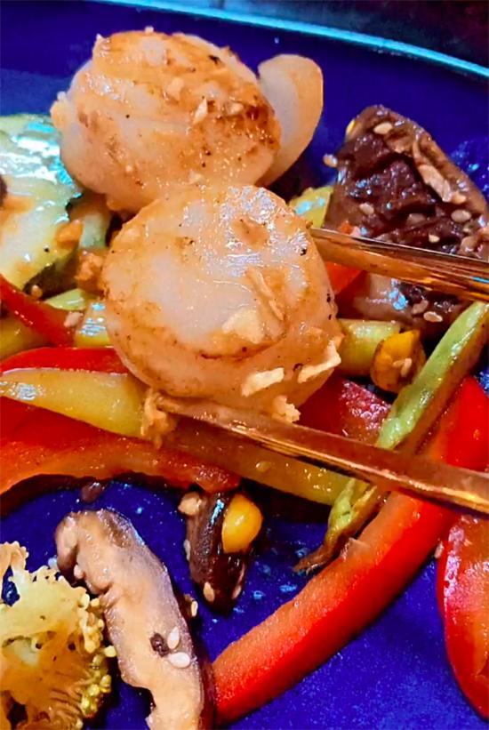 Để tiếp đón những vị khách đặc biệt, bà chủ Quỳnh Thư đã thết đãi với nhiều món hảo hạng nhất trong thực đơn, trong đó chủ yếu là hải sản như cồi sò điệp nướng, sushi hay thịt bò nướng.