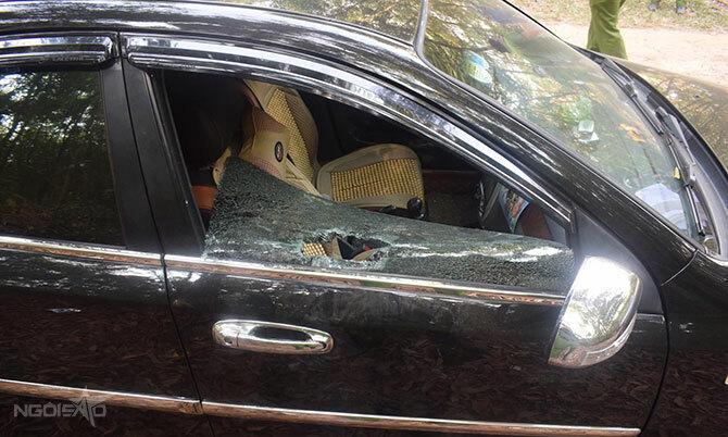 Một ôtô bị đập vỡ kính. Ảnh: Hùng Lê