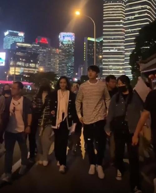 Mấy tháng nay, Dương Mịch bận rộn quay phim Định luật 80/20 của tình yêu cùng Hứa Khải. Mấy hôm trước, cặp đôi hoàn tất cảnh quay ngoài phố, gây chú ý và được vây quanh bởi đám đông.