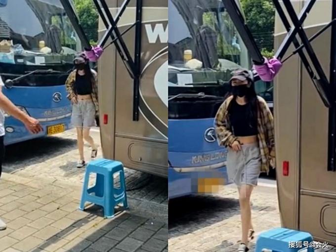 Nhiều người nhận ra chiếc quần có vẻ hơi rộng so với Dương Mịch. Một tay cô giữ cạp quần giống như giữ an toàn cho mình.