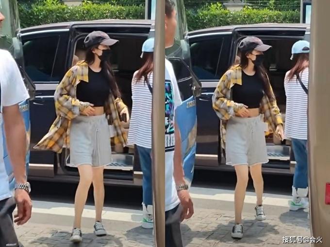 Trong hình ảnh hậu trường gần đây của phim Định luật 80/20 của tình yêu, Dương Mịch gây chú ý với vòng eo nhỏ xíu. Cô mặc áo thun croptop, quần soóc và khoác ngoài sơ mi caro. Xuống khỏi xe riêng, cô bước rất vội vào bên trong bối cảnh quay.