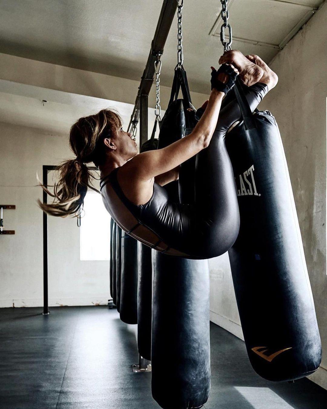Halle Berry tập luyện cường độ cao với đủ các bộ môn từ yoga cho đến gym, boxing.