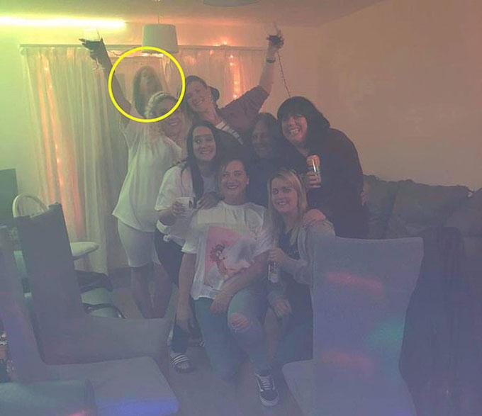 Cái bóng kỳ lạ (khoanh tròn) sau bức ảnh chụp 7 người của Rebecca ở khu căn hộ tại thành phố Coventry, Anh hồi tháng 10/2020. Ảnh: FB.