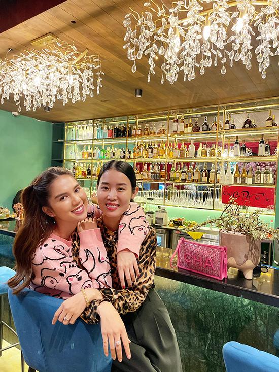 Nhà hàng nằm trên đường Nguyễn Văn Hưởng, phường Thảo Điền, không chỉ phục vụ đồ ăn mà còn là địa điểm chill mới cho dân sành ăn ở khu vực quận 2 với phong cách bài trí sang trọng, ấn tượng với nhiều gam màu nổi bật.
