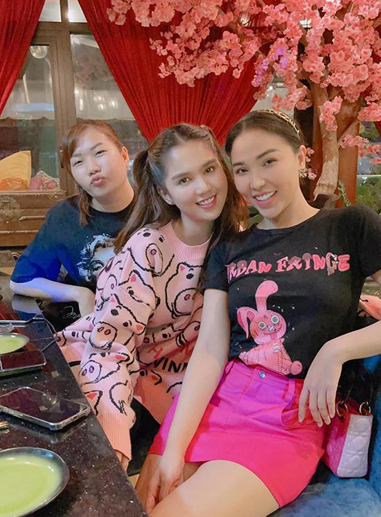Trợ lý Thuý Kiều cũng có mặt trong bữa tiệc. Cô nàng thường được tháp tùng chủ tịch Ngọc Trinh trong mọi cuộc họp mặt ăn uống từ lớn đến nhỏ.