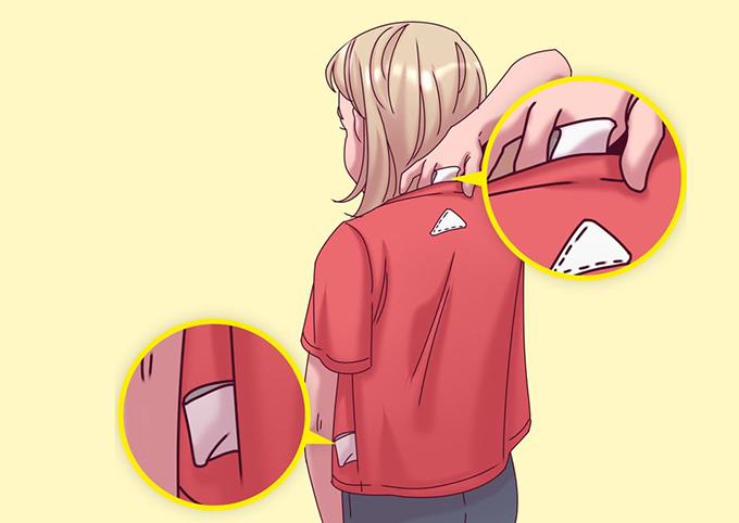 Quần áo gắn mác lớn ở mặt trongHầu hết thương hiệu thường đính mác kèm nhãn thông tin, cách chăm sóc sản phẩm ở mặt trong của trang phục. Chúng thường rất dày và có cạnh sắc nhọn, sẽ gây khó chịu nếu cọ vào da trẻ em. Bởi vậy, phụ huynh cần lưu ý cắt bỏ nhãn mác ngay sau khi mua đồ cho con mình.