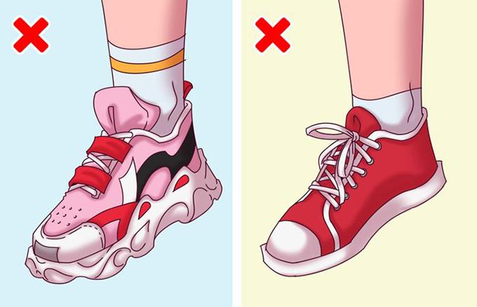 Giày nặng nề hoặc giày đế phẳngNhiều nhà sản xuất thiếu trách nhiệm chỉ ưu tiên vẻ ngoài thời trang của sản phẩm mà bỏ qua vấn đề nâng đỡ bàn chân trẻ em. Thật không thoải mái khi chạy nhảy trong những đôi giày nặng nề với đế quá lớn.Ngoài ra, các loại giày vải với đế cao su cũng nằm trong nhóm rủi ro. Chúng không có cấu trúc đế hỗ trợ bàn chân nên khả năng bàn chân bị bẹt tăng lên nhiều lần.