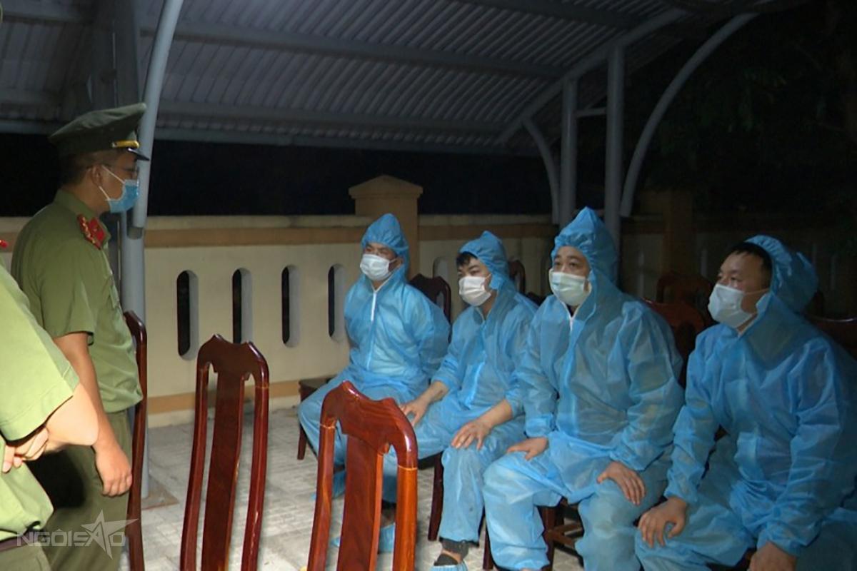 Công an Quảng Bình làm việc với 4 người Trung Quốc nhập cảnh trái phép. Ảnh: Quang Văn