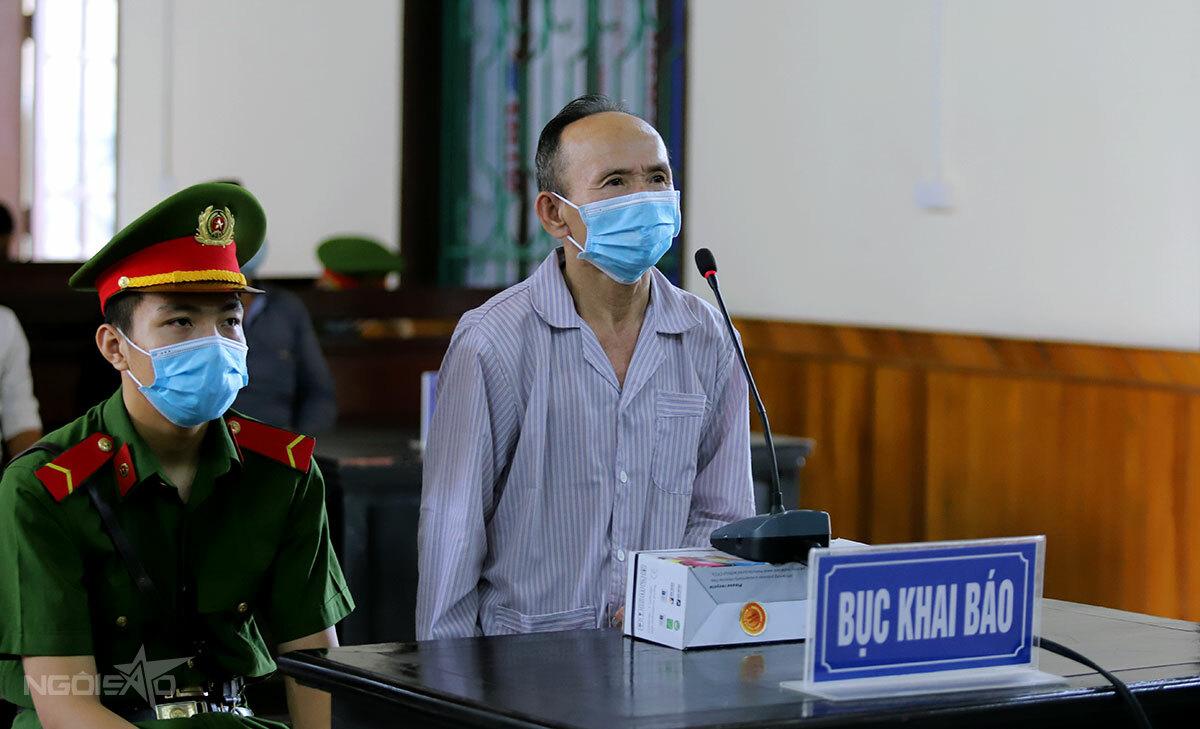 Bị cáo Cổn (góc phải) tại phiên xử ngày 26/5. Ảnh: Hùng Lê