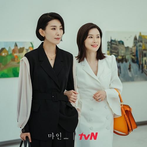 Hai chị đẹp Kim Soo Hyung (trái) và Lee Bo Young sành điệu trong phim Mine.