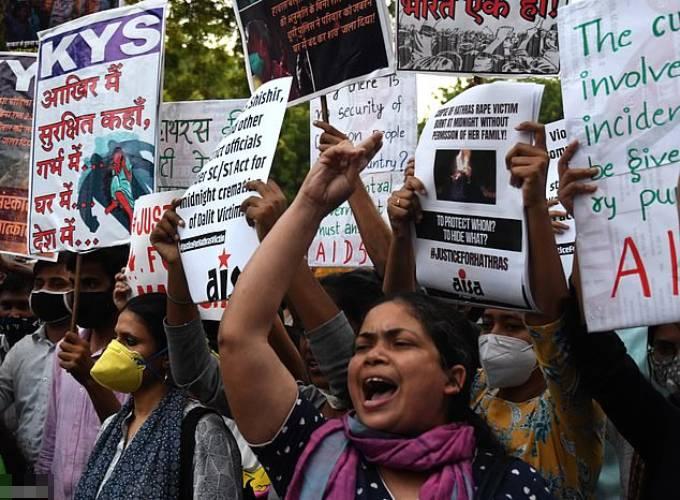 Nhóm người biểu tình phản đối nạn cưỡng hiếp sau cái chết của một cô gái 19 tuổi người Dalit hồi năm ngoái. Ảnh: EPA.