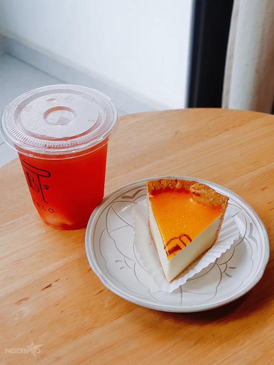 Banh phô mai truyền thống và trà dưa hấu mặt trời khi dùng ở nhà.