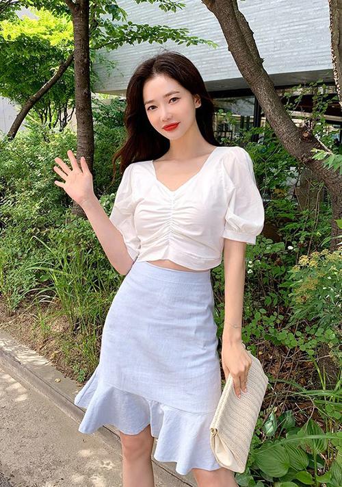 Qua nhiều mùa thời trang, áo blouse trắng vẫn là trang phục được phái đẹp tin yêu. Bởi nó dễ mix cùng các mẫu chân váy ngắn, đầm midi hoặc quần short tiện lợi.
