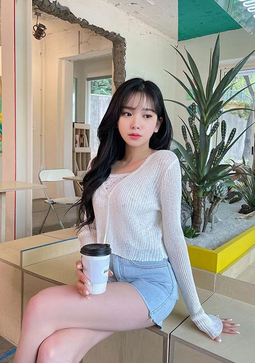 Áo dệt kim mỏng thường được mix cùng áo thun cotton, quần short hoặc chân váy ngắn mang lại sự thoải mái khi xuống phố cafe.