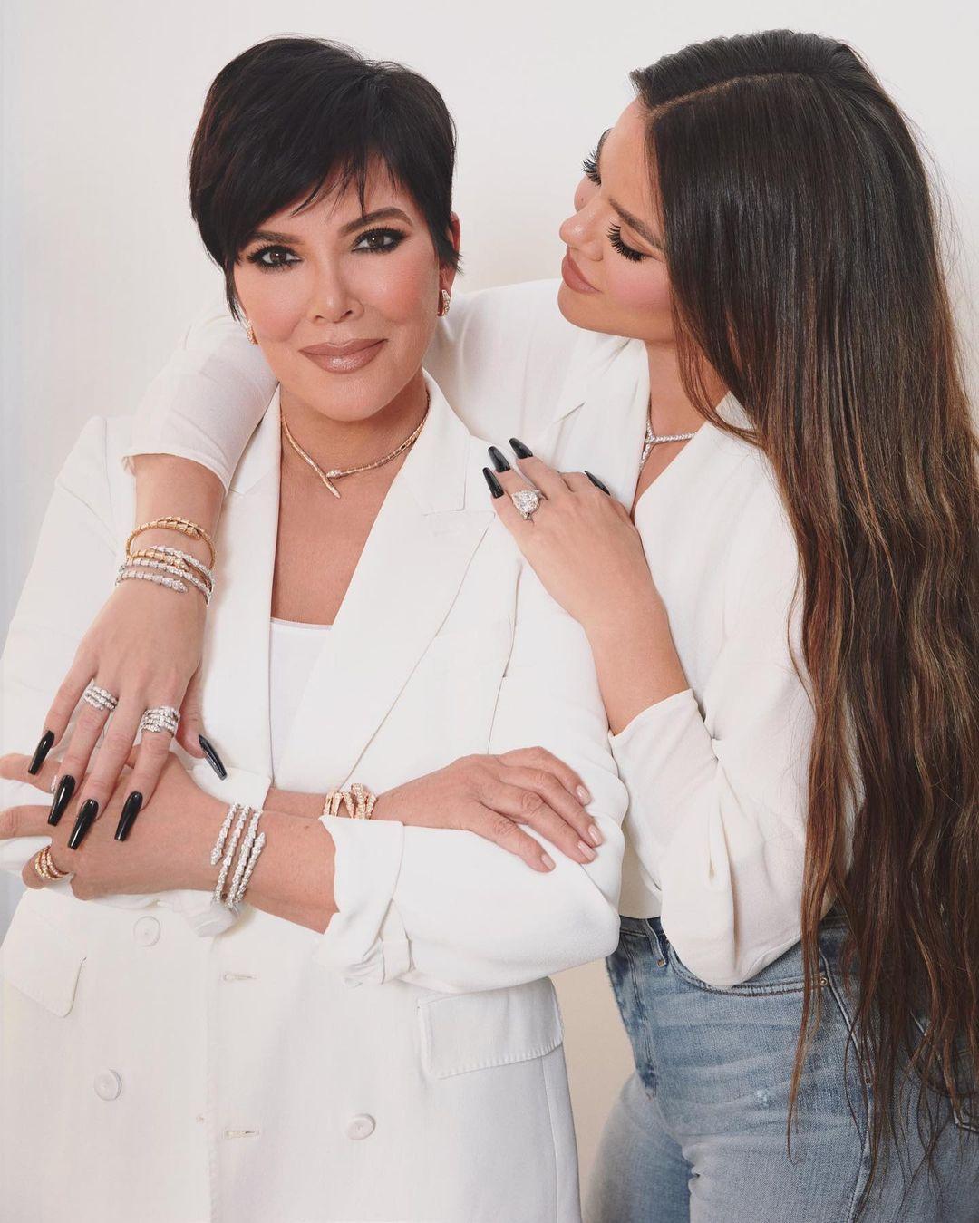 Không chỉ riêng cách chăm sóc da mà lối trang điểm của bà Kris cũng có nhiều điểm tương đồng với 5 cô con gái nổi tiếng.