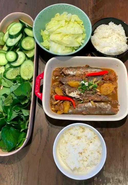 Vợ chồng Tóc Tiên ăn cá kho với loại rau khiến nhiều người khóc thét