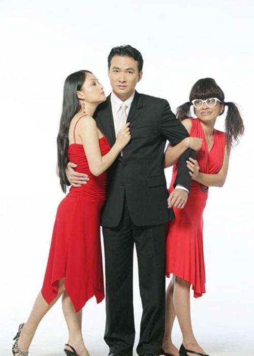 Sitcom Cô gái xấu xí (2004) là giai đoạn đỉnh cao phong độ của Chi Bảo. Anh rất hợp với hình tượng doanh nhân thành đạt, ga-lăng trong phim này. Nhân vật của anh đứng giữa tình yêu của hai cô gái do NSƯT Ngọc Hiệp (phải) và diễn viên Lan Phương đóng.