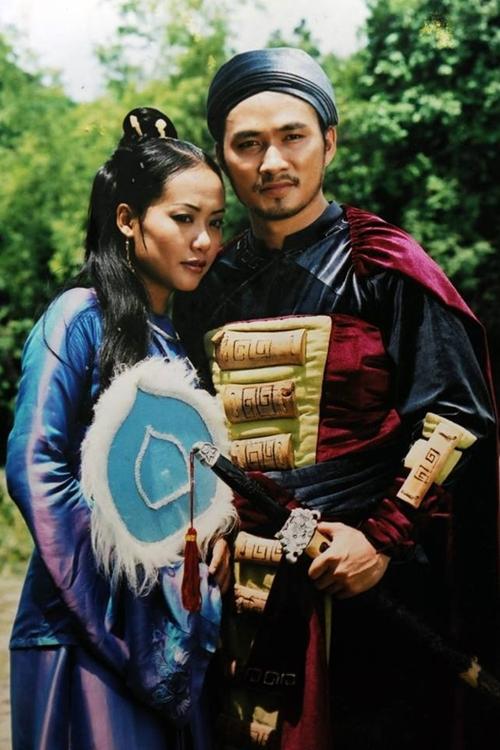 Chi Bảo vào vai Lục Vân Tiên đầy oai phong, trí tuệ, sánh vai nàng Kiều Nguyệt Nga Hồng Ánh trong phim truyền hình Lục Vân Tiên năm 2004.