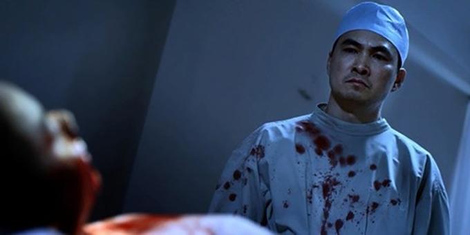 Cùng năm, Chi Bảo để lại ký ức đẹp với vai diễn bác sĩ sát nhân trong phim Scandal: Hào quang trở lại của đạo diễn Victor Vũ. Nhân vật này được lấy nguyên mẫu từ bác sĩ thẩm mỹ Cát Tường - hung thủ trong vụ án gây chấn động hồi đó.