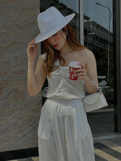 Muốn thể hiện vẻ thanh lịch và gợi cảm khi xuống phố, các nàng có thể tham khảo cách mix nguyên set white on white của Yến Nhi.