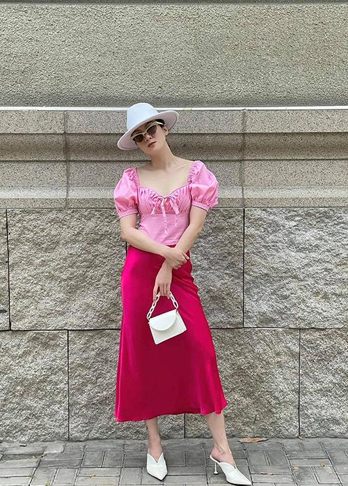 Set trang phục cho bạn gái thích gam hồng ngọt ngào và luôn muốn mình nổi bật với cách mix áo tay bồng cùng chân váy lụa.